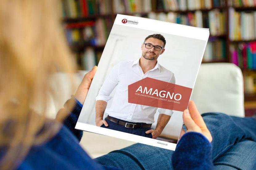 AMAGNO Broschuere Mockup Hand 830x550 - Broschüren